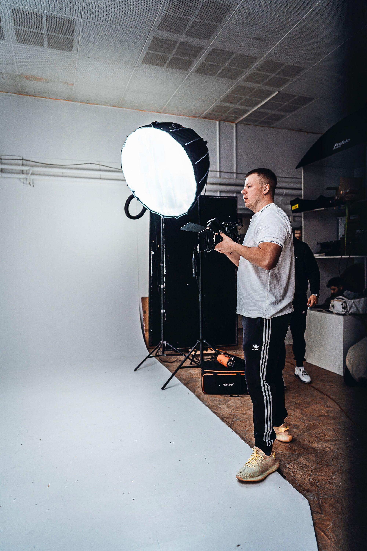 camera-man-with-light-on-set