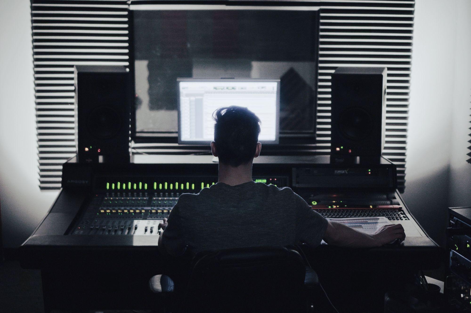 sound-producer-in-studio